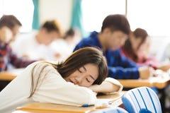 Studente di college stanco ed addormentato per esame Fotografie Stock