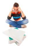 Studente di college stanco esaurito con il mucchio dei libri che studia per l'esame Immagine Stock