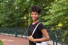 Studente di college sulla città universitaria Fotografia Stock Libera da Diritti