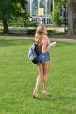 Studente di college sveglio che cammina sulla città universitaria Fotografia Stock Libera da Diritti