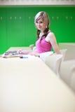 Studente di college in un'aula fotografie stock libere da diritti