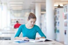 Studente di college in una libreria Immagine Stock