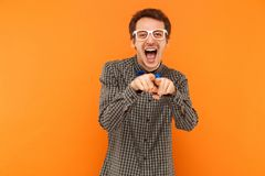 Studente di felicità che esamina macchina fotografica e che indica dito al camer Fotografia Stock