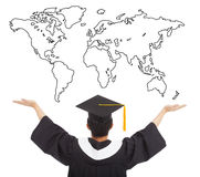 Studente di graduazione a braccia aperte per accogliere favorevolmente il lavoro mondiale Fotografie Stock Libere da Diritti