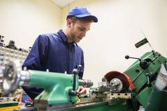 Studente di ingegneria che per mezzo del macchinario pesante Immagini Stock
