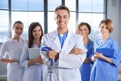 Studente di medicina astuto con i suoi compagni di classe fotografia stock
