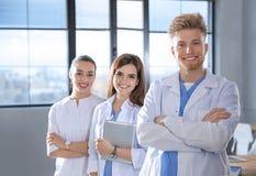 Studente di medicina astuto con i suoi compagni di classe fotografie stock libere da diritti