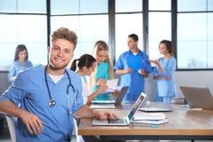 Studente di medicina astuto con i suoi compagni di classe fotografie stock