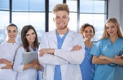 Studente di medicina astuto con i suoi compagni di classe fotografia stock libera da diritti