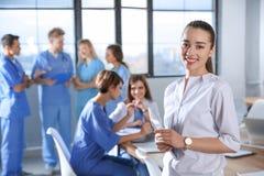 Studente di medicina astuto con i suoi compagni di classe immagini stock libere da diritti
