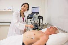 Studente di medicina che pratica sull'uomo più anziano Immagini Stock