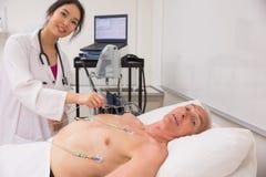 Studente di medicina che pratica sull'uomo più anziano Fotografia Stock