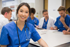 Studente di medicina che sorride alla macchina fotografica durante la classe Immagine Stock Libera da Diritti