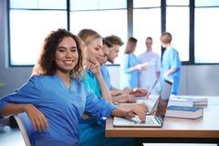 Studente di medicina con i suoi compagni di classe immagini stock