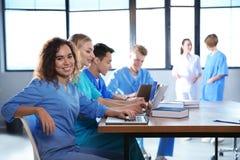 Studente di medicina con i suoi compagni di classe immagine stock