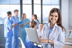 Studente di medicina con i suoi compagni di classe in istituto universitario fotografie stock libere da diritti
