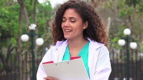 Studente di medicina felice stock footage