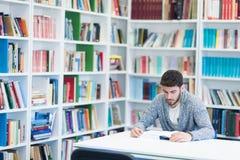 Studente di Portret od nella biblioteca di scuola Immagini Stock Libere da Diritti