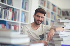 Studente di Portret od nella biblioteca di scuola Immagine Stock