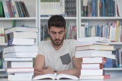 Studente di Portret od nella biblioteca di scuola Fotografia Stock Libera da Diritti