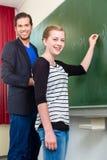 Studente di prova dell'insegnante durante le lezioni di per la matematica a scuola Fotografie Stock