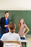 Studente di prova dell'insegnante nelle lezioni di per la matematica nella classe di scuola Fotografia Stock