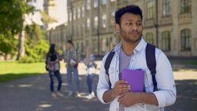 Studente di scambio biraziale che ritiene solo senza amici all'università all'estero stock footage
