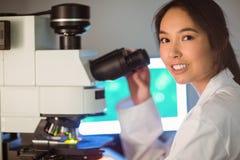 Studente di scienza che guarda tramite il microscopio Immagini Stock Libere da Diritti