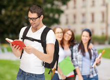 Studente di viaggio con lo zaino ed il libro Immagini Stock Libere da Diritti