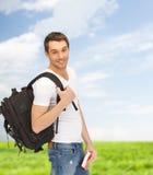 Studente di viaggio con lo zaino ed il libro Fotografie Stock Libere da Diritti