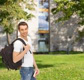 Studente di viaggio con lo zaino ed il libro Fotografia Stock