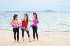 Studente di yoga che parla dopo il corso di formazione all'aperto della spiaggia di rivestimento, H Immagine Stock Libera da Diritti