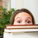 Studente dietro i libri immagine stock libera da diritti