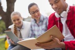 Studente diligente che tiene il suo taccuino in mani Fotografia Stock
