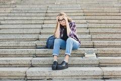 Studente disperato che si siede sulle scale all'aperto Immagini Stock Libere da Diritti