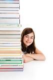 Studente e mucchio dei libri Fotografie Stock Libere da Diritti