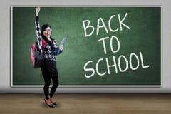 Studente e testo felici di nuovo alla scuola Immagine Stock