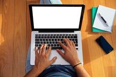 Studente e un computer portatile sul pavimento Vista superiore, spazio della copia Fotografia Stock