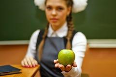 Studente eccellente che tiene una mela verde Fotografie Stock Libere da Diritti