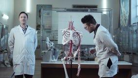 Studente ed insegnante nella classe medica di anatomia archivi video