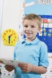 Studente elementare With Flash Cards Immagini Stock Libere da Diritti