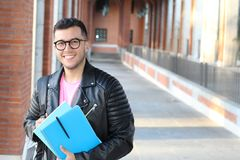 Studente etnico d'avanguardia che si dirige all'università con lo spazio della copia Fotografie Stock