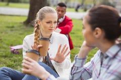 Studente favorito che ritiene parlare emozionale con il compagno di scuola Fotografie Stock Libere da Diritti