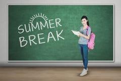 Studente felice con la compressa e la parola della rottura di estate Fotografia Stock Libera da Diritti