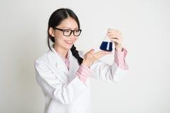 Studente femminile asiatico di biochimica fotografia stock libera da diritti