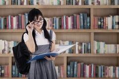 Studente femminile della High School alla biblioteca Fotografie Stock Libere da Diritti