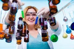 Studente femminile di chimica con la boccetta della prova della cristalleria Fotografie Stock