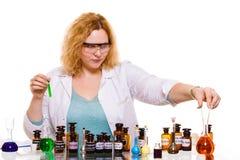 Studente femminile di chimica con la boccetta della prova della cristalleria Fotografie Stock Libere da Diritti