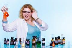 Studente femminile di chimica con la boccetta della prova della cristalleria Immagini Stock Libere da Diritti