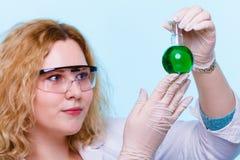 Studente femminile di chimica con la boccetta della prova della cristalleria Fotografia Stock Libera da Diritti